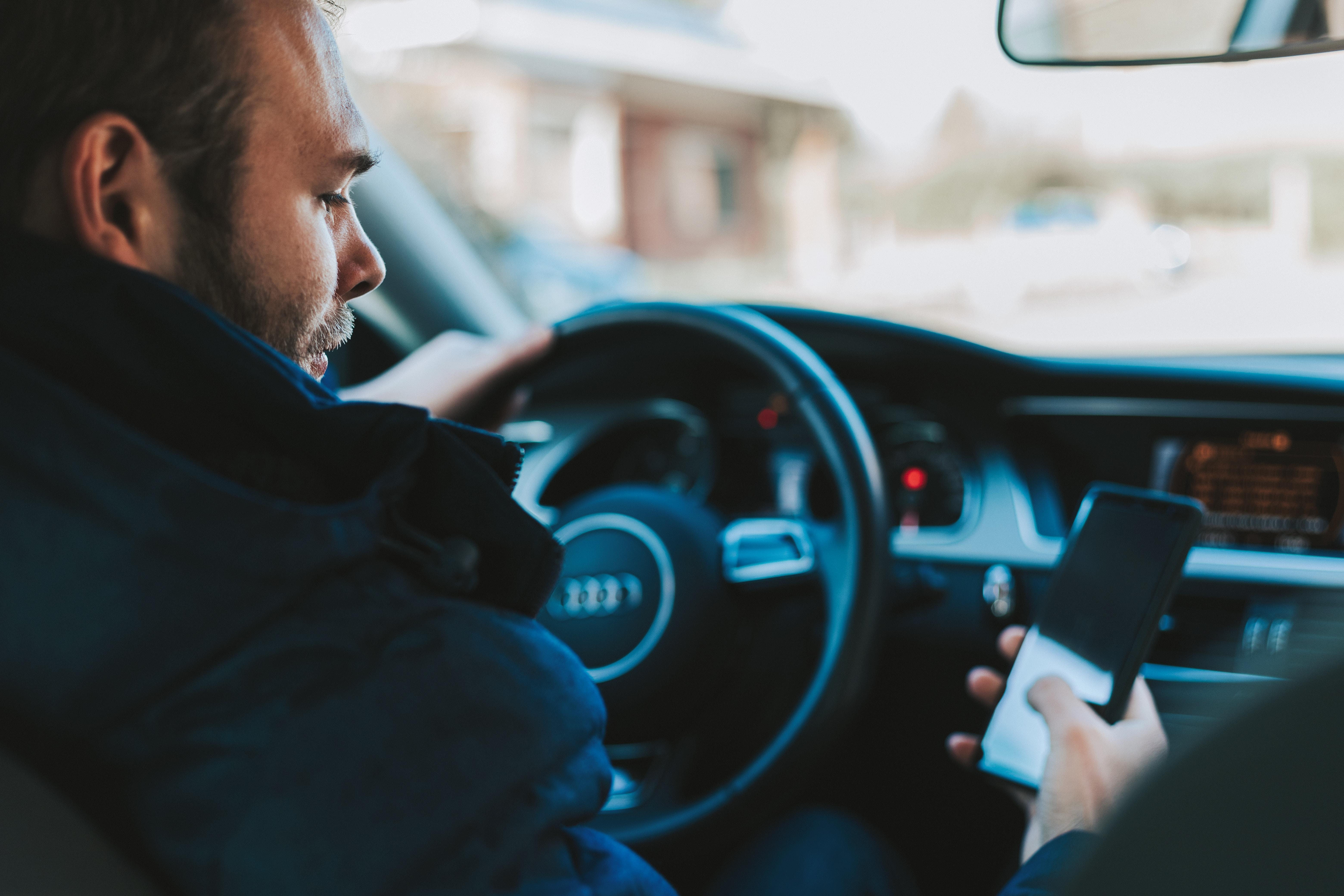 車を運転中に携帯電話(スマホ)使用で捕まった!違反の罰金と減点について