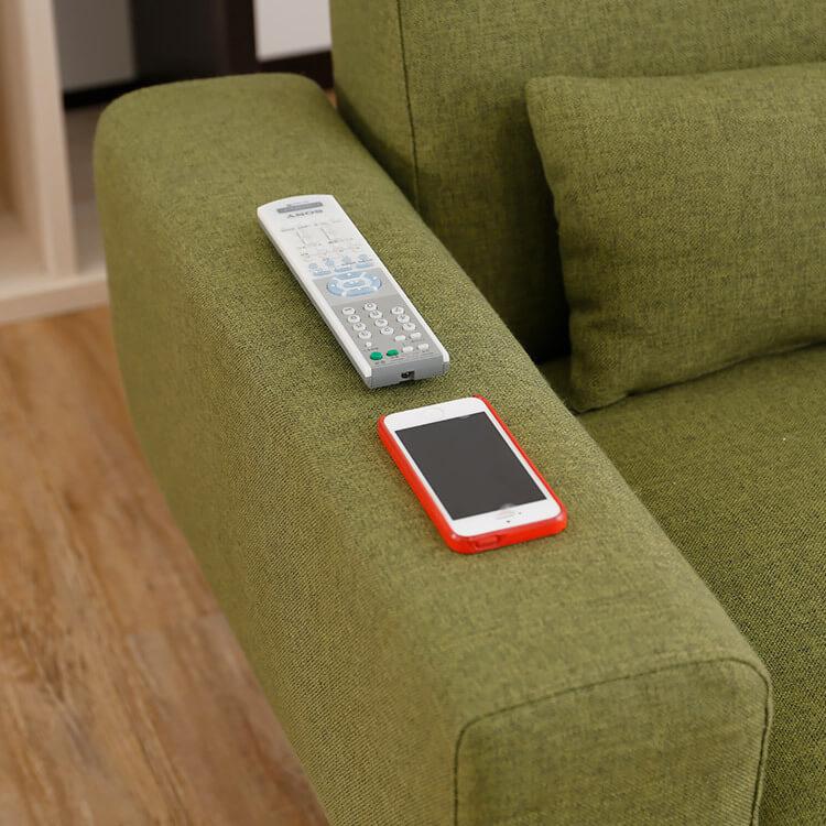 LOWYAのデザインソファは肘掛の幅が広い