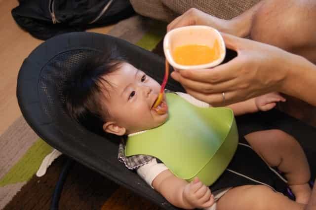 バウンサーで食事する赤ちゃん