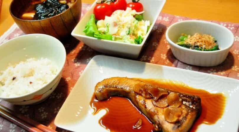 白ご飯に味噌汁の日本風朝ごはん