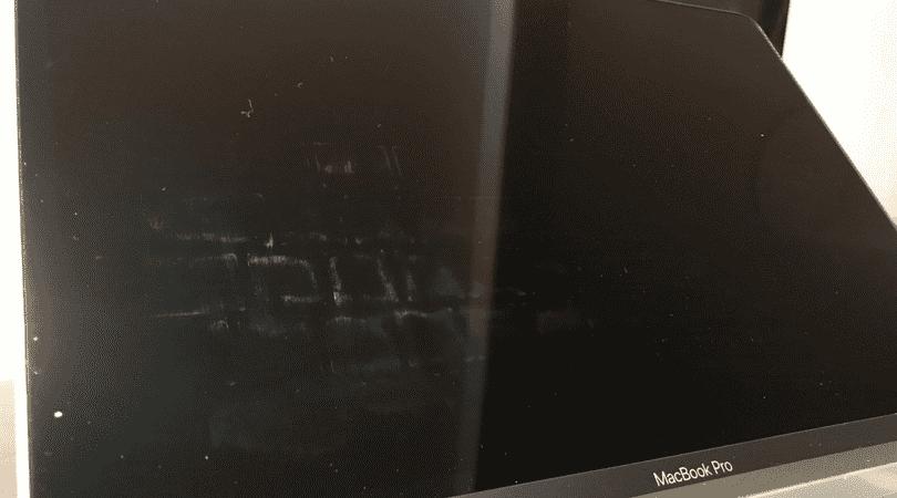 ディスプレイにキーボードカバーの汚れが