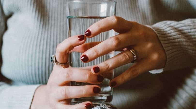 シリカ水はコップ1杯を常温で、ゆっくり補給するのがおすすめ