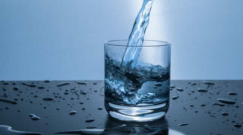シリカ不足を防ぐため、定期的にシリカ水を飲むのがオススメ